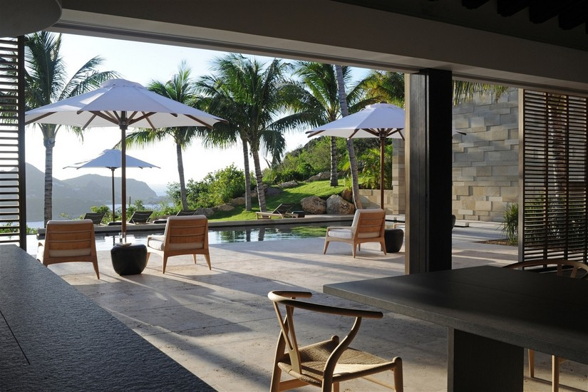 Swimming pool and sun loungers at Teman