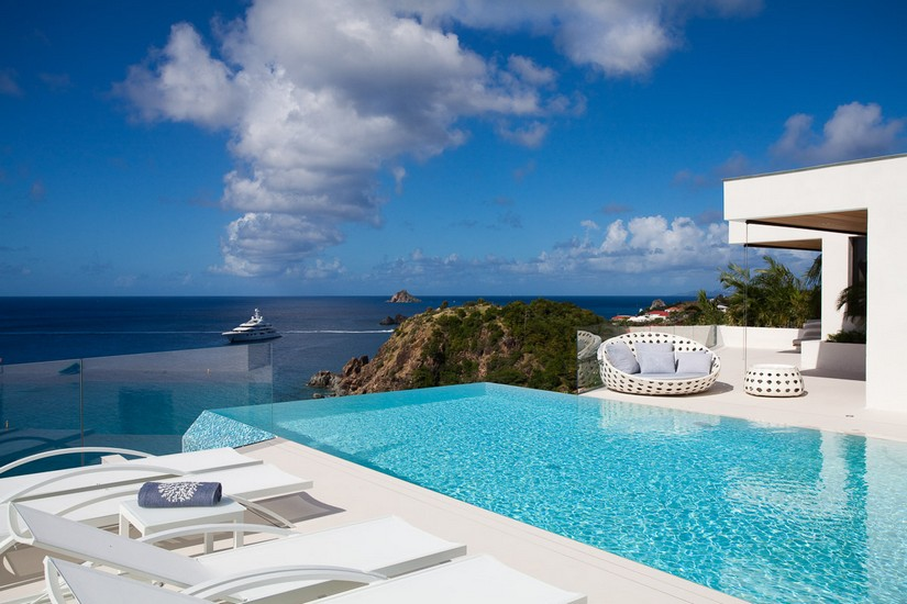 Infinity Pool, sun loungers and a massive yacht in the distant horizon at Villa Vitti