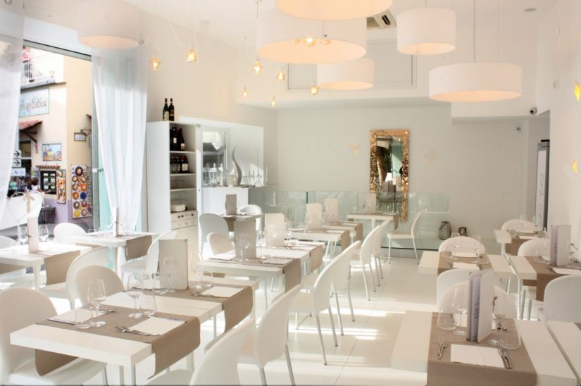 Pepe Bianco, decorated entirely in white, very modern european styled restaurant in Sorrento