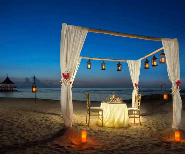 Enjoy a delicious meal on half moon beach in the resorts restaurants