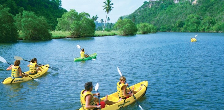 A family kayaks at Casa de Campo