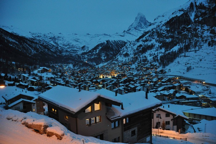 ski-chalets-in-switzerland-zermatt-at-night