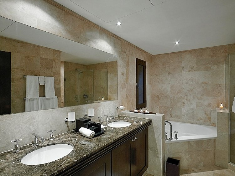 luxurious bathroom Coral Cove No.12 Beachfront Apartment