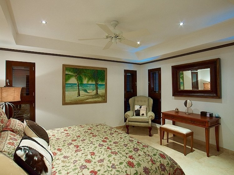 en-suite bedroom Coral Cove No.12 Luxury Beachfront Apartmen