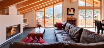 View of living room and fire place in chalet Zeus